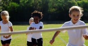 Crianças que jogam a raça do limão e da colher