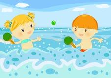 Crianças que jogam raquetes no mar Imagens de Stock