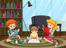 Crianças que leem e que tiram na sala Imagens de Stock