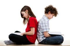 Crianças que leem em casa imagem de stock royalty free
