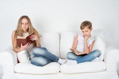 Crianças que leem o livro Fotografia de Stock Royalty Free