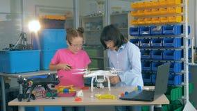 Crianças que montam aviões na classe da tecnologia video estoque