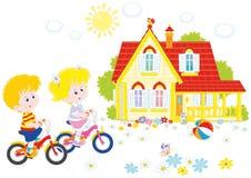 Crianças que montam bicicletas Foto de Stock Royalty Free