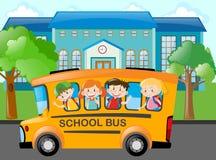 Crianças que montam o ônibus escolar à escola Imagem de Stock