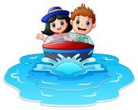 Crianças que montam um barco de motor na praia Imagens de Stock