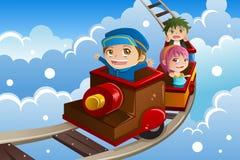Crianças que montam um trem Fotografia de Stock
