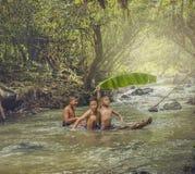 Crianças que nadam Fotos de Stock Royalty Free