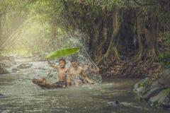Crianças que nadam Fotografia de Stock Royalty Free