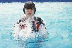 crianças que nadam e que jogam na associação foto de stock