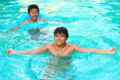 Crianças que nadam na associação Fotos de Stock Royalty Free