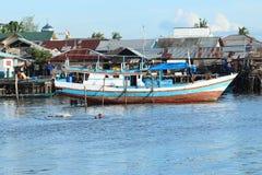 Crianças que nadam no porto Fotos de Stock