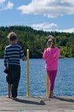 Crianças que olham à água Foto de Stock Royalty Free
