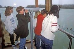 Crianças que olham através do telescópio, Iowa Fotografia de Stock Royalty Free