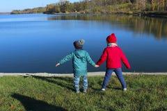 Crianças que olham em uma paisagem bonita fotografia de stock royalty free