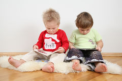 Crianças que olham livros Foto de Stock Royalty Free