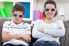 Crianças que olham o filme 3D Fotografia de Stock