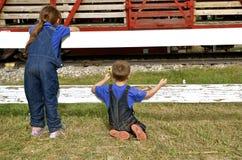 Crianças que olham o trem de mercadorias fotos de stock