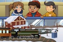 Crianças que olham o trem diminuto Imagem de Stock Royalty Free
