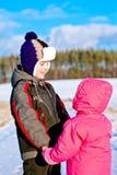 Crianças que olham se e o sorriso Fotografia de Stock