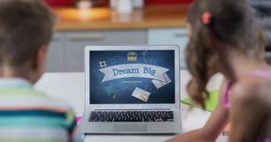 Crianças que olham um computador com ícones da escola na tela Foto de Stock Royalty Free