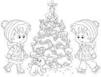 Crianças que patinam em torno de uma árvore de Natal Imagem de Stock Royalty Free