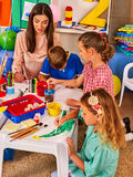 Crianças que pintam e que tiram junto Lição do ofício na escola primária imagens de stock