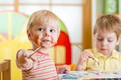 Crianças que pintam em casa imagens de stock