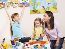 Crianças que pintam no pré-escolar. Fotografia de Stock