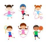 Crianças que praticam esportes diferentes Atividades físicas das crianças fora imagem de stock