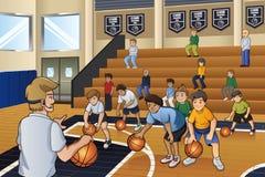 Crianças que praticam o basquetebol Fotografia de Stock