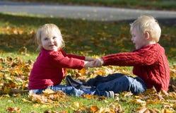 Crianças que prendem as mãos Fotos de Stock Royalty Free