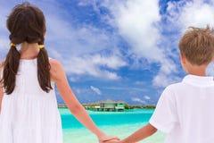 Crianças que prendem as mãos pelo mar Imagem de Stock Royalty Free