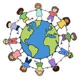 Crianças que prendem para as mãos em torno do planeta Imagem de Stock