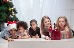 Crianças que prendem presentes do Natal fotografia de stock royalty free