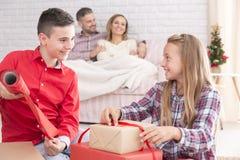 Crianças que preparam presentes de Natal Fotografia de Stock Royalty Free