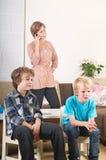 Crianças que prestam atenção à tevê Fotos de Stock Royalty Free