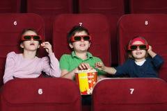 Crianças que prestam atenção a um filme Foto de Stock Royalty Free