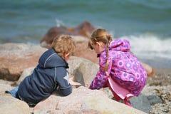 Crianças que procuram algo Fotos de Stock Royalty Free