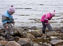 Crianças que procuram o tesouro fotos de stock royalty free