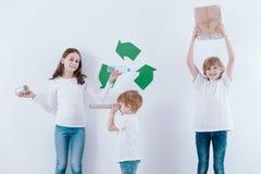 Crianças que promovem a reciclagem imagem de stock royalty free