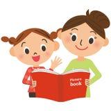 Crianças que recolhem para a mãe que lê um livro ilustrado ilustração royalty free