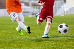 Crianças que retrocedem o fósforo de futebol do futebol Fósforo de futebol para meninos novos Imagens de Stock
