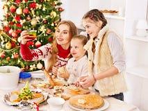 Crianças que rolam a massa de pão na cozinha. Fotografia de Stock Royalty Free