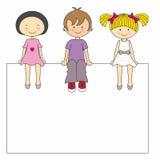 Crianças que sentam-se em um sinal Fotografia de Stock