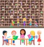 Crianças que sentam-se na tabela na biblioteca com biblioteca grande ilustração stock