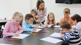 Crianças que têm a classe de arte video estoque