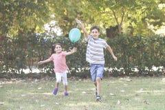 Crianças que têm o conceito do divertimento fora imagens de stock