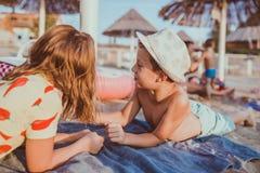 Crianças que têm o divertimento ao encontrar-se na praia fotos de stock royalty free