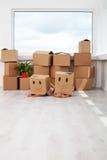 Crianças que têm o divertimento ao mover-se em uma casa nova fotos de stock royalty free