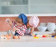 Crianças que têm o divertimento na cozinha Fotos de Stock Royalty Free